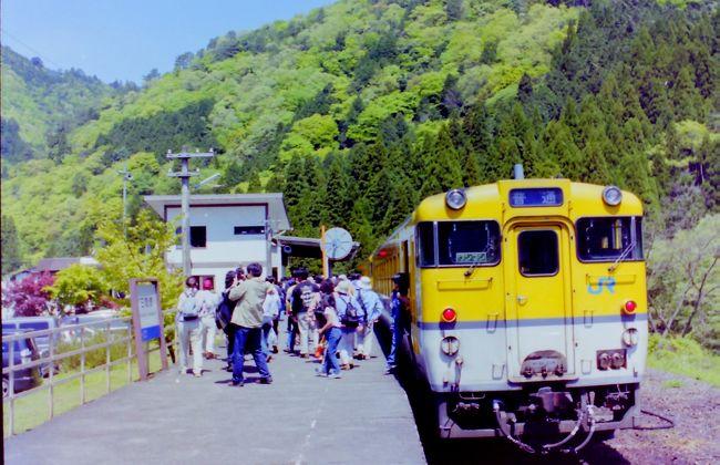 鉄道旅行は1980年代からずっと続けていますが、写真は撮るものの整理はしていませんでした。<br /> フォートラベルに登録しておこうと思い、出てきた写真から順不同ですが掲載していこうと思います。<br /> これは、2003年5月に可部線ほかに乗った時の写真です。 <br /> なお、可部線の可部・三段峡間は2003年11月末に廃止されてしまいました。<br /><br />