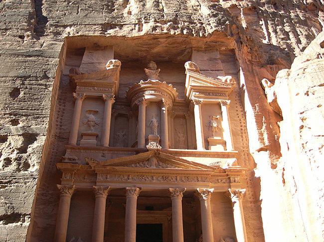 ヨルダンに来たら必ず訪れる遺跡がここ、ペトラ。紀元前6世紀からこの土地に暮らしていたナバテア人の都です。以前の岩山に神殿や墳墓、住居を切り出した、世界で唯一ともいえる不思議な景観。もちろん、世界遺産です。実はとっても奥が深く、何日もかけても攻略しきれないくらいですが、ここではシーク(隘路)からエル・カズネ(宝物庫)へと抜ける、誰もが歩く王道コースを紹介します。