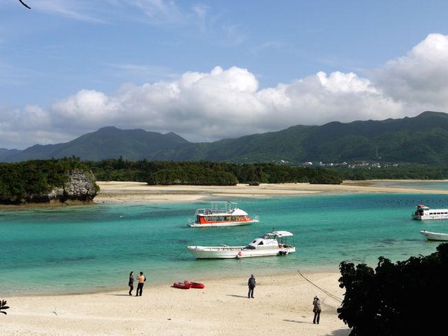 大分空港発着チャーター直行便で八重山・宮古諸島へ行ってきました。<br />天気予報では曇り・雨となっていましたが、連日夏日の良い天気となり、初夏の日差しの中を素晴らしい自然とどこまでもエメラルドブルーに澄み渡る海を堪能してきました。<br />日程<br />『1日目』<br />大分空港→石垣空港→パンナ岳展望台→石垣やいま村→川平湾(グラスボート遊覧)→みんさー織工房→唐人墓<br />石垣島宿泊・・・ビーチホテルサンシャイン<br /><br />写真は川平湾(カビラワン)<br />