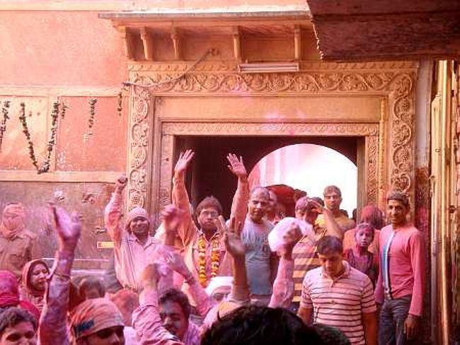 ホーリーといえば、色粉・色水をお互いにかけ合う無礼講イベント。特に北インドで盛大に行われます。その中でも最も過激なのが、クリシュナの聖地、ブリンダバン(ヴリンダヴァン)。世界一危険なホーリーを体験してきました。