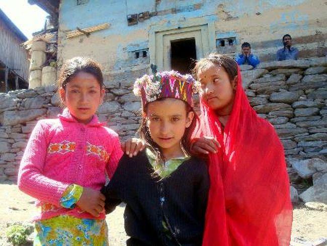 奇妙な風習で知られるマラナ村。村人は外部からの訪問者に触れてはならない。山深い場所に孤立し、風変わりな伝統を守り続けるこの村を訪れてみた。