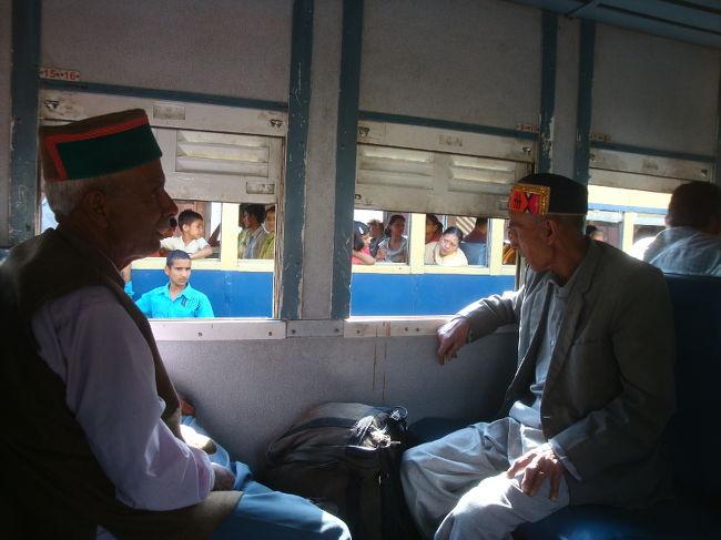 みんさん、インド鉄道についてどれだけご存知でしょうか。複雑な予約システムを前に敵前逃亡してませんか? 今日は「インド鉄道の達人」の世界へご招待いたします。<br /><br /><br />**基本情報は2009年6月のもの。<br /><br />==鉄道関連==<br />[インド]インド鉄道達人の予約術<br />http://4travel.jp/travelogue/10438828<br />[インド]ダージリン トイ・トレインの取説<br />http://4travel.jp/travelogue/10744815<br />[インド]カングラ鉄道 世界遺産への遠い道のり<br />http://4travel.jp/travelogue/10437820<br />[マレーシア] 電車でGO - モノレール・ループ編<br />http://4travel.jp/travelogue/10802253<br />[マレーシア] 電車でGO - 郊外住宅見学編 <br />http://4travel.jp/travelogue/10806703<br /><br />==インド旅行ノウハウ==<br />インドの3Gインターネット事情 (携帯電話、スマートフォン、SIMカード購入)<br />http://4travel.jp/traveler/sekai_koryaku/album/10757580/<br /><br /><br />更新:<br />2013/05/10 - オンライン予約の情報追加。<br />2014/06/27 - 写真拡大、追加。文章一部編集。