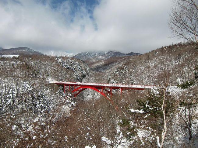 この日は朝から好天に恵まれたので、午前中は残雪の八ヶ岳山麓をドライブする。主なビューポイントは「川俣川大橋」「清泉寮周辺」「赤い大橋」「美し森山」等。<br />写真:川俣川東沢にかかる赤い大橋<br /><br />私のホームページ『第二の人生を豊かに―ライター舟橋栄二のホームページ―』に旅行記多数あり。<br />http://www.e-funahashi.jp/<br /><br />