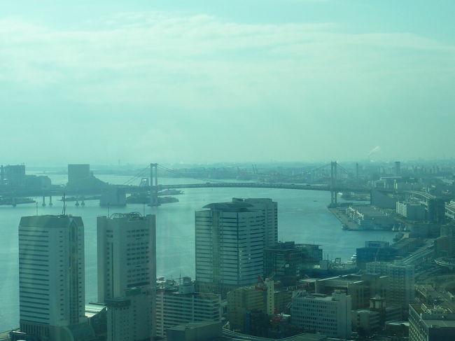 初めてのコンラッド東京。<br />Hオナーズのポイントで2月の週末に1泊してきました。<br /><br />残念ながらエグゼクティブルームではありませんでしたが、アップグレードしていただいたベイビューの景色は、とても素晴らしかったです。