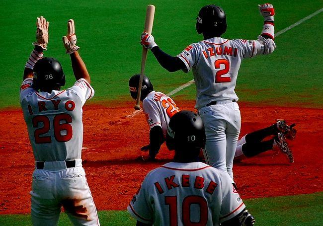 始まりました、社会人野球。<br />前日の神宮球場での観戦に続いて、暴風雨明けの千葉マリンスタジアムへ。<br />スポニチ杯から、社会人野球が始まります。<br /><br />この日は、<br />鷺宮製作所-西濃運輸<br />新日本石油ENEOS-日本通運<br />三菱重工横浜-JR九州<br />の3試合です。<br /><br />前日の三菱重工横浜の様子は、こちらから。<br />松井崇純、野球への取り組みが違う!モノが違う!<br />http://www.plus-blog.sportsnavi.com/chifu/article/402<br /><br />そして、<br />この日の様子は、こちら。<br />http://www.plus-blog.sportsnavi.com/chifu/article/403<br />ガッキーこと、横浜創学館高校出身の圓垣内(えんがうち)君にスポットを当ててみました。<br /><br />昨年のスポニチ杯の様子は、こちら。<br />球春到来!スポニチ杯開幕。強風のマリスタにて。<br />http://4travel.jp/traveler/chifu/album/10317072/<br /><br />