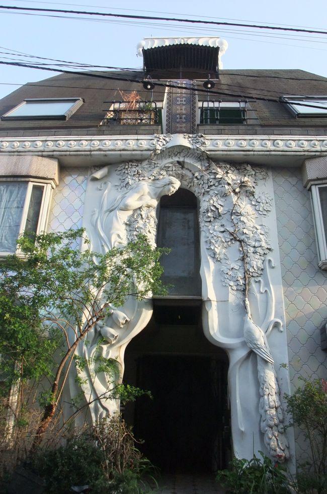 一日目の後半は梵寿綱の建築巡りへ。<br />2年ほど前ぬいぬいさんの旅行記で梵寿綱のドラード和世陀を初めて見た時は、日本にこんな建物があるなんて!と衝撃を受けた。<br />いつか東京へ訪れたら梵寿綱の作品を見てみたいと思いつつこの度ようやく念願がかなった。<br />せっかくなので東京にある梵寿綱の作品を全て見ようと計画。<br />こちらの旅行記では一日目後半に訪れた早稲田にある「ドラード和世陀」、池袋へ移動して「斐醴祈:賢者の石」、「ヴェッセル:輝く器」、そして「PETTI ETANG」をご紹介。<br />
