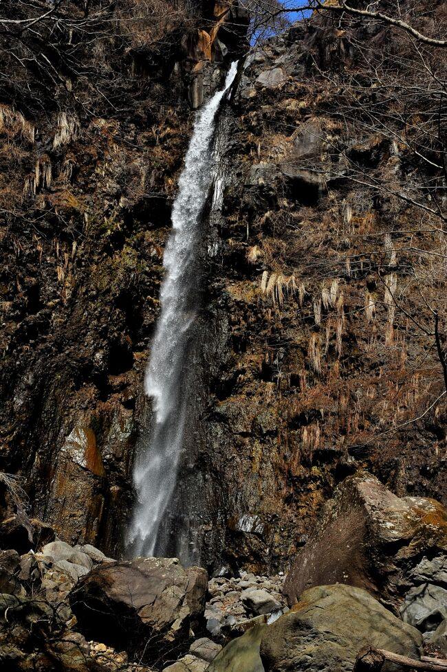 赤城南麓にあるわが山荘予定地の奥には<br />森のなかを歩くハイキングコースや<br />美しい渓谷があります<br /><br />ひっそりと静まり返った森を歩き<br />さらに粕川渓谷を不動大滝まで歩きました。<br /><br />途中には国定忠治が隠れ住んだと言い伝えられる岩屋や<br />山中の不動尊や小滝が連なる渓谷<br />そして行き着くところは落差30mを越える不動大滝です<br /><br />