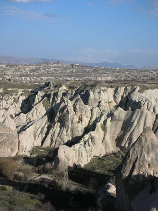 かつてキリスト教徒たちが隠れ住んだという「カイマクル地下都市」や、「妖精の煙突」と呼ばれるかわいいキノコ岩を一望できるスポットに行く、カッパドキア南部観光。天気がよくて、とっても気持ちがいい1日でした。