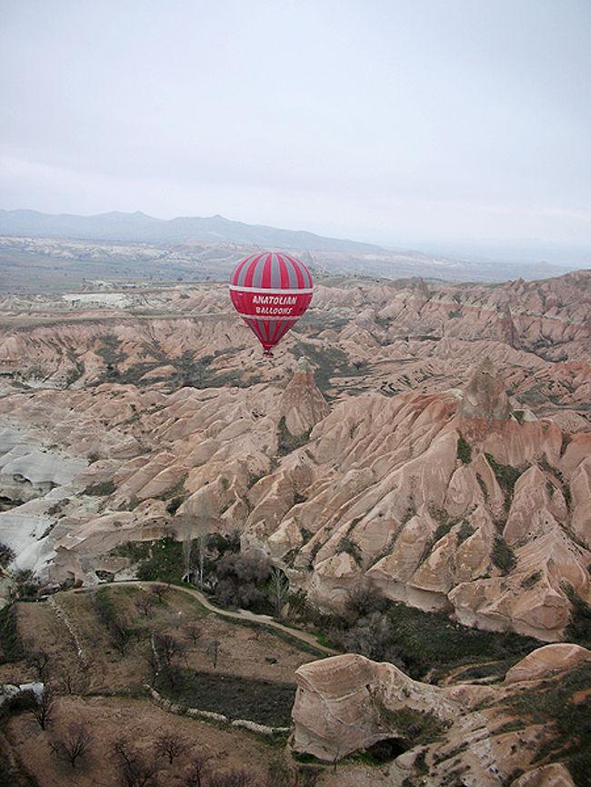 カッパドキアに行ったらぜひ挑戦してみたいもの、それが気球ツアー。早朝夜明け前に出発し、日が昇り始めたころに上空へ。キノコ岩の雄大なパノラマを楽しむことができます。
