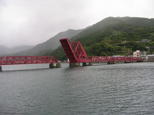"「B級でマイナー」というと失礼かもしれませんが、<br /><br />あまり全国的にはメジャーではない観光地も日本各地にはたくさんあります。<br /><br />今回は、出張ついでの愛媛県の「マイナー観光地」を巡ってみました。<br /><br /><br />★「B級でマイナーな観光地」シリーズ<br /><br />荒川ロックゲート(東京)<br />http://4travel.jp/travelogue/10438358<br />鮮魚列車&日本一短い商店街(大阪)<br />http://4travel.jp/travelogue/10420078<br />鹿嶋まつり&鹿島臨海鉄道鹿島臨港線(茨城)<br />http://4travel.jp/travelogue/10623562<br />鳴海球場跡(愛知)<br />http://4travel.jp/travelogue/10416547<br />西寺跡(京都)<br />http://4travel.jp/travelogue/10467065<br />「戸(へ)」のつく街めぐり(青森&岩手)<br />https://ssl.4travel.jp/tcs/t/editalbum/<br />関西電力黒部専用鉄道""上部軌道""(富山)<br />http://4travel.jp/travelogue/10535489<br />嘉穂劇場(福岡)<br />http://4travel.jp/travelogue/10536327<br />遊楽部川の鮭の遡上(北海道)<br />http://4travel.jp/travelogue/10555940<br />石見神社&白鳥城(兵庫)<br />http://4travel.jp/travelogue/10421611<br />西武秩父線のローカル駅(埼玉)<br />http://4travel.jp/travelogue/10441164<br />深谷駅&さきたま古墳&あついぞ!熊谷(埼玉)<br />http://4travel.jp/travelogue/10439881<br />内之浦&宮之城&藺牟田池(鹿児島)<br />http://4travel.jp/travelogue/10470926<br />京都一条妖怪ストリート(京都)<br />http://4travel.jp/travelogue/10565267<br />町田リス園(東京)<br />http://4travel.jp/travelogue/10416970<br />靭(うつぼ)公園(大阪)<br />http://4travel.jp/travelogue/10420097<br />士幌線廃線跡(北海道)<br />http://4travel.jp/traveler/satorumo/album/10440854/<br />氷のトンネル(北海道)<br />http://4travel.jp/travelogue/10606410<br />日本最北のマクドナルド&地吹雪の抜海駅(北海道)<br />http://4travel.jp/travelogue/10431780<br />""ののちゃん""と""タブチくん""のふるさと・玉野(岡山)<br />http://4travel.jp/travelogue/10563273<br />立山砂防軌道&立山カルデラ(富山)<br />http://4travel.jp/travelogue/10533323<br />日本一の長寿村&塩川&喜屋武岬(沖縄)<br />http://4travel.jp/travelogue/10470372<br />伊勢崎西部公園(群馬)<br />http://4travel.jp/traveler/satorumo/album/10723218<br />長浜大橋(愛媛)<br />http://4travel.jp/travelogue/10450812<br />くりはら田園鉄道乗車会(宮城)<br />http://4travel.jp/travelogue/10620825<br />塩田津&八本木宿&浜金屋&筑後川昇開橋(佐賀)<br />http://4travel.jp/travelogue/10468519<br />モエレ沼公園&宮島沼&777段ズリ山階段(北海道)<br />http://4travel.jp/travelogue/10462083<br />河童の里(福岡)<br />http://4travel.jp/travelogue/10478346<br />有田川町鉄道公"