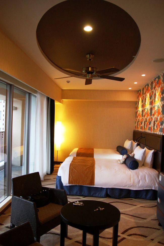 今回泊まった部屋は、ロワジールホテルの別棟で、スパタワーと言い、2009年7月にオープンしたばかりの新しい部屋です。<br /><br />沖縄にはそれこそ無数にホテルがありますが、その中からこのホテルを選んだ理由は、空港から約10分と近くて那覇市内へのアクセスも便利なことと、ネット上の口コミ評価がとても高かったからです。<br /><br />ちなみに宿泊プランには、朝夕の2食付きというのを選びました。ホテル内にレストランがいくつかあって、和洋中それぞれ選べるので、いちいちどこに行くか考えなくて良く、楽でいいかな〜とう軽い気持ちで。<br /><br />今回の旅行は3泊4日。<br />この部屋を拠点に観光に出かけます。<br /><br /><br />◎ ベイビュー・デラックスツイン 40.7? <br /><br />宿泊料 28000円〜30000円 (朝夕2食付)<br />
