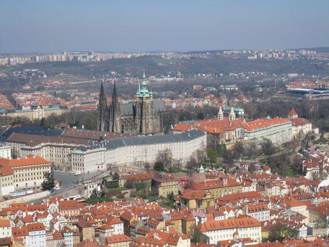某ツアー会社の6泊8日(2010年4月3日~4月10日)航空券+ホテル(4つ星ランク)でチェコ(プラハ、チェスキー・クルムロフ、クトナー・ホラ)を旅してまいりました。<br /><br />4月3日(土)<br />関西空港より、KLMオランダ航空にてプラハ到着後ホテルへ・・・<br />のはずが、ホテルがダブルブッキングとかで、別のホテルへ行かされました。とりあえず、チェックインした後にヴァーツラフ広場あたりを散策しました。<br /><br />4月4日(日)<br />気をとりなおして、泊まるはずだったホテルにチェックインしなおしてから、旧市街広場、共和国広場などを散策しました。その後、11:00発のバスにて、チェスキー・クルムロフへ。<br />チェスキークルムロフ城などを散策しました。<br /><br />4月5日(月)<br />チェスキークルムロフの散策→15:00発のバスにてプラハへ→軽く食事をとってから、ブラックライト・シアターへ。<br /><br />4月6日(火)<br />プラハ城(ロプコヴィッツ宮殿コンサート含)→国立マリオネット劇場<br /><br />4月7日(水)<br />旧市街広場→カレル橋→ロレッタ教会→ペトシーン公園の展望台→スーパーで買い物→いったんホテルへ荷物をおいて→ムハ美術館→ダンシング・ビル→プラハ本駅<br /><br />4月8日(木)<br />プラハ本駅から鉄道で、クトナー・ホラへ。<br />墓地教会→ダチツキーで昼食→聖バルバラ大聖堂。<br />鉄道にてプラハへ戻り、ウ・ドゥヴォ・コチェクにて夕食。<br />旧市街広場、カレル橋の夜景を眺める。<br /><br />4月9日(金)<br />プラハからアムステルダム乗り継ぎ、日付が変わって関西空港へ。<br /><br /><br /><br />今回の旅行費用<br />ツアー代金  178,900円<br />空港~ホテル送迎  12,000円<br />チェスキー・クルムロフ1泊2日  14,000円<br />空港使用料  9,000円くらい<br />旅行保険代  2,960円<br />前泊ホテル代  6,075円<br />おこづかい  9,000コルナくらい(1コルナ=5.4円)<br /><br />  合計222,935円 + 9,000コルナ