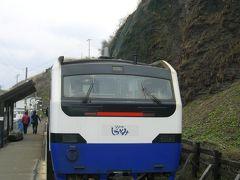 雨なので電車で楽しみましょうと五能線乗車