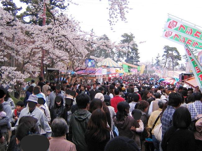 水の張られた田んぼに映る満開の桜、道端のフキノトウ♪<br />そんな春の風景の中を走る、走る、一路北へ。<br />2010年は、少し遅れた見ごろに悲喜こもごも・・・(TOT)?(^_^)?<br />激コミの弘前公園へ思い切って車で出陣!<br />弘前のサクラは、三大桜に相応しく素晴らしかった。<br /><br />高速道路のETC上限1,000円を利用して、4泊の桜旅♪<br />欲張って、八甲田ツアースキーも企てた。<br />お宿は、花巻・八甲田(2)・那須の気になっていたお宿。<br /><br />あまりにも酷い渋滞に、Zzzz・・・(−−) <br />高速道路の追い越し車線で寝たのは誰だ!?<br />ナイショなのだ。<br /><br />それでは、弘前城春の陣スタート!<br /><br /><br /><br /><br /><br />