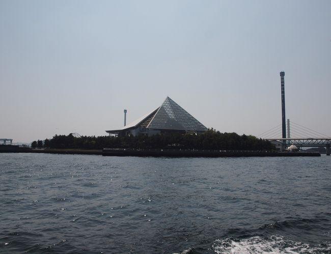 今年のゴールデンウィークは、息子が直前に発熱したために、伊豆・箱根旅行を、すべてキャンセル。<br /><br />最終日のこどもの日ぐらいは、何処かに連れて行ってあげようと思い、近場の横浜八景島シーパラダイスへ、ちょっとだけお出かけして来ました。<br /><br />当日は、お天気もよく、連休の最終日だったせいか週辺の潮干狩り渋滞もありませんでした。<br />島内をのんびり回るだけのつもりでしたが、突然、息子が出発間近かの船を発見!<br /><br />短い時間でしたが、風もなく、久しぶりの遊覧を楽しみました。<br /><br />