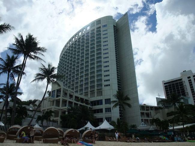 昨年12月に行ったグアム旅行記です。<br /><br />0歳児(10ヶ月)の子供と嫁さんと3人で成田からグアムへ行ってきました。<br /><br />航空会社 : JALウェイズ JO941便/JO942便<br />      (B747-400) エグゼクティブクラス        宿泊ホテル : ウェスティンリゾートグアム<br /><br />□航空機はJALのホームページからエコノミークラスでJAL悟空にて予約(一人当たり48,000円+サーチャージ)<br />その後マイルを使ってエグゼクティブクラスにアップグレードしました。<br />□ホテルはJALのホームページからJAL WORLD HOTELのサイトよりウェスティンンリゾートグアムを予約。<br /><br />今回ホテルはウェスティン、アウトリガー、シェラトンにするのか悩みましたが、立地、金額、ホテルの雰囲気など総合的に検討してウェスティンにしました。<br /><br />シェラトンは場所が少し離れていて、買物に行くには少し遠いです。アウトリガーは立地的にはベストでした。ただ何となくウェスティンがいいかなと思い、今回はウェスティンにしました。<br /><br />子連れの海外旅行としてはグアムはとても良い選択だったと思います。<br /><br /><br /><br /><br />