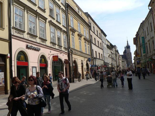 2010年4月27日〜5月4日、ポーランドとアメリカを旅してきました。ワルシャワに1泊、クラクフに2泊し、アウシュビッツ、ヴィエリチカの世界遺産にも行ってきました。通貨は1zl=約30円です。今回の旅では、日の出は朝5時半、日の入りは夜7時半、気温は4月28日の最低が8度、最高が22度、29日が最高25度でした。<br /><br />○移動<br />4/27 KIX-SFO-FRA<br />4/28 LH3302 FRA Warsaw 11:50 13:25<br />4/29 電車でWarsaw から Krakow に移動<br />5/1 LH3359 Krakow FRA 18:35 20:10<br />5/ 2 FRA-ORD-LAX<br />5/ 3 LAX-SFO-KIX<br /><br />○ホテル<br />4.28 ルメリディアン・ブリストル・ワルシャワ(1泊税込598zl:約1.8万円)<br />http://www.starwoodhotels.com/lemeridien/property/overview/index.html?propertyID=1863<br /><br />4/29-30 シェラトン・クラクフ・ホテル(1泊税込508zl:約1.6万円)<br />http://www.starwoodhotels.com/sheraton/property/overview/index.html?propertyID=1477<br /><br />5/1 シェラトン・コングレスホテル・フランクフルト(1泊税込80ユーロ:約1万円)<br />http://www.starwoodhotels.com/sheraton/property/overview/index.html?propertyID=142<br /><br /> 今回はクラクフ市内の観光編です。世界遺産の街はドブロブニクのあの世界遺産の通りを少し狭くしたような感じで、何となく似ていました。物価は安いですね。ただ刺繍などは布がイマイチだったと思います。おなかを壊していたせいか、料理は僕には合いませんでした。<br />