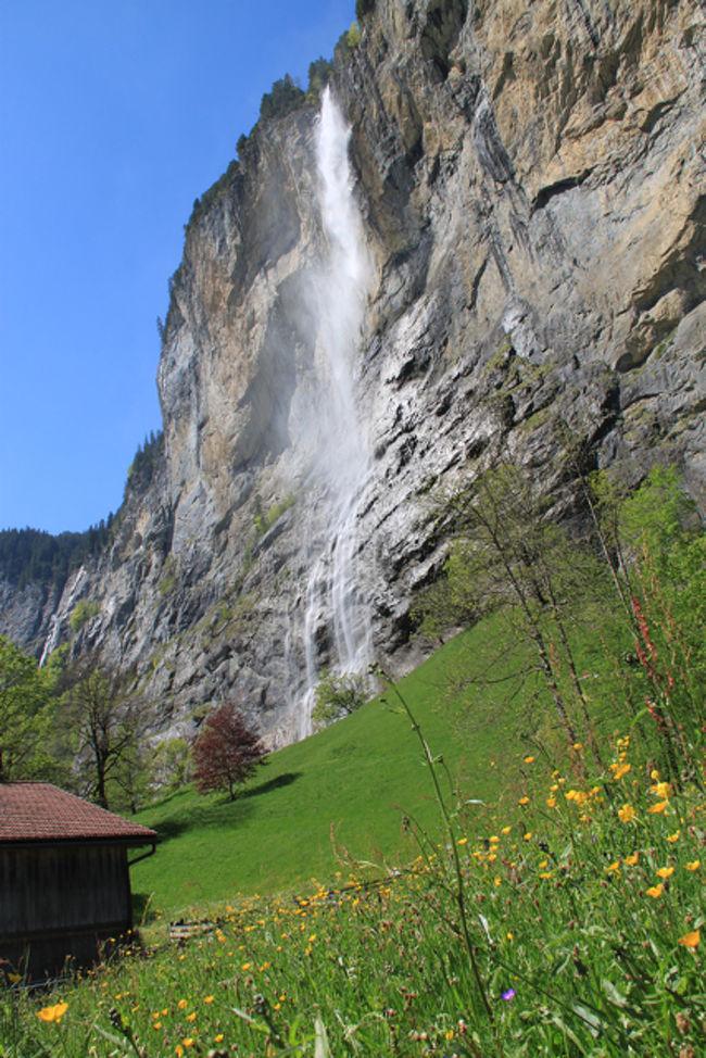 ドイツ、インゴシュタッドからレンタカーをして3泊4日でスイスのベルン経由でBerner Oberlandにいって来ました。<br /><br />レンタカーはeuropcar.comでメルセデスのAクラス(コンパクトカー)5日間レンタルで162ユーロでした。<br />ガソリン代は1300キロ走って100ユーロちょい。<br /><br />____今回の費用____(3泊4日4人分)<br />ホテル420+240=750スイスフラン<br />食費400スイスフラン(くらい)<br />車162ユーロ+100ユーロがす=368スイスフラン<br />電車、リフトなどの乗り物300スイスフラン<br />その他50スイスフラン<br />計1800スイスフラン、1200ユーロ (14万円くらい)<br /><br /><br />***それと今回、一眼デビューしました。***<br />使ったカメラ、キャノンイオス500D<br />18−200ミリ、スタビライザーレンズ<br />で撮影 (^_^)