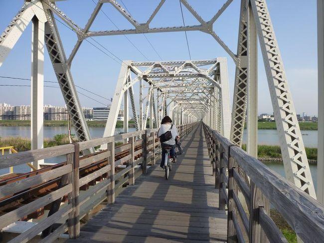 「今は亡き」シリーズ、<br /><br />今回は、2010年5月に訪問した、<br /><br />大阪市の「赤川仮橋」をご紹介します。<br /><br />鉄道橋と人道橋が併設されている珍しい橋です。<br /><br />出張で関西に行ったついでの「仕事ついで旅」です。<br /><br /><br />★「今は亡き」シリーズ<br /><br />元祖トロッコ列車「清涼しまんと号」(高知)  <br />http://4travel.jp/travelogue/10578328<br />変な駅名「福井鉄道 福井新&武生新」(福井)<br />http://4travel.jp/traveler/satorumo/album/10416028/<br />寝台列車「北陸」(石川)<br />http://4travel.jp/traveler/satorumo/album/10425377/<br />日本一長い駅名「ルイス・C.ティファニー庭園美術館駅」(島根)<br />http://4travel.jp/traveler/satorumo/album/10520280/<br />大分ホーバークラフト(大分)<br />http://4travel.jp/traveler/satorumo/album/10521685/<br />チンチンバス(京都)<br />http://4travel.jp/traveler/satorumo/album/10528694/<br />島原鉄道「観光トロッコ列車」(長崎)<br />http://4travel.jp/traveler/satorumo/album/10534130<br />JR九州「あそ1962」(熊本)<br />http://4travel.jp/traveler/satorumo/album/10521975/<br />JR九州「ゆふDX」(大分)<br />http://4travel.jp/traveler/satorumo/album/10557938/<br />グリュック王国(北海道)<br />http://4travel.jp/traveler/satorumo/album/10568982<br />カナディアンワールド(北海道)<br />http://4travel.jp/travelogue/10569427<br />ファンタジードーム(北海道)<br />http://4travel.jp/travelogue/10569782<br />ルネスかなざわ(石川)<br />http://4travel.jp/traveler/satorumo/album/10578273/<br />アリバシティ神戸(兵庫)<br />http://4travel.jp/traveler/satorumo/album/10595994/<br />長良川鉄道トロッコ列車(岐阜)<br />http://4travel.jp/traveler/satorumo/album/10620569/<br />ウエスタン村(栃木)<br />http://4travel.jp/traveler/satorumo/album/10578347/<br />倉敷チボリ公園(岡山)<br />http://4travel.jp/traveler/satorumo/album/10627690<br />「グランドひかり」の食堂車<br />http://4travel.jp/traveler/satorumo/album/10637317/<br />リーガアクアガーデン&レオマワールド(愛媛&香川)<br />http://4travel.jp/traveler/satorumo/album/10658665/<br />利尻・お座敷車&サロベツトロッコ号(北海道)<br />http://4travel.jp/travelogue/10583272<br />TORO-Q列車(大分)<br />http://4travel.jp/traveler/satorumo/album/10644889/<br />きのくにシーサイド(和歌山)<br />http://4travel.jp/traveler/satorumo/album/10667160/<br />天竜浜名湖鉄道「トロッコそよかぜ」(静岡)<br />http://4travel.jp/travelogue/10671012<br />原生花園スタンディングトレイン(北海道)<br />http://4travel.jp/travelogue/10534497<br />シーボルト号&