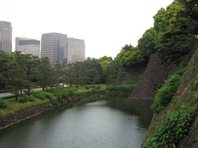 5月27日、バラ園を後にして本丸跡、汐見坂より二の丸庭園へ進んだ。すっかり東御苑全体が新緑に覆われていて清々しい気分になった。<br /><br /><br /><br /><br /><br />*写真は汐見坂から見られる白鳥濠