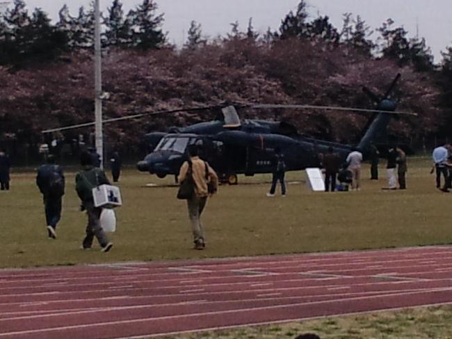4月4日 電車(JR高崎線)で籠原駅下車 熊谷基地まで歩いて20分。初めて訪れましたが、桜の花見客でいっぱいでした。航空自衛隊と言っても通信基地のため滑走路はありません。ちょうど基地に向かっているときにヘリコプターが着陸するのが見えました。少し遅れて広いグラウンドに行くと2機のヘリコプター(CH47・UH60)が地上展示されておりました。<br />以下、当日の展示飛行プログラムです。<br />11:30〜12:00 CH-47 輸送ヘリコプター <br />12:00〜12:30 UH-60 救難ヘリコプター <br />13:10〜13:30 T-4 ブルーインパルス <br />14:05〜14:20 T-7 練習機 <br />14:25〜14:40 C-1 輸送機 <br />14:45〜15:00 F-4 戦闘機 百里基地から飛来、3回航過飛行<br /><br />ブルーインパルスは、アクロバット飛行のプログラム途中で中断(カラスを避けるため?基地上空から離れて旋回飛行、このまま終了する場合もありますと放送していた。)するハプニングがありましたが、無事、再開して飛行を終えました。<br />