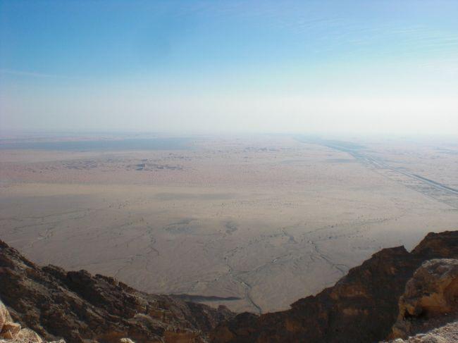 同じく1年以上前ドバイ滞在時代に、同僚の家族とともにアルアイン日帰り旅行へ。ジュベルファヒート山、アルアイン動物園、ワディ(枯れ川)、オアシスを見て、ヒルトンでお茶して帰ってきました。<br />アルアインの砂漠は、ドバイとは異なり少し赤い色。山からのオマーンの景色も、日本では想像つかないような景色。<br />アルアインでは乳牛を飼育し、ドバイへ牛乳を出荷しています。<br />ドバイ、アブダビからそれぞれ車で1時間半程度(200キロはない)、社会の授業で習ったオアシスの意味が良く理解できます。