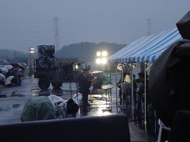 朝霞駐屯地は、東京都練馬区、埼玉県朝霞市、和光市、新座市にまたがる陸上自衛隊の駐屯地。<br />ここで、自衛隊によるコンサートが行われた。<br /><br />「自衛隊の大砲を使ったコンサート」<br /><br />ここで演奏されたチャイコフスキー「大序曲1812年」は、本物の大砲を使う、ということで、このような場所で行われるのだ。<br />自衛隊の広報から事前に予約し、当日は雨だったが(「荒天中止」だったが)、自衛隊の駐屯地内へと足を踏み入れたのです。<br /><br />会場へは、西武池袋線の「大泉学園」から徒歩で。<br />