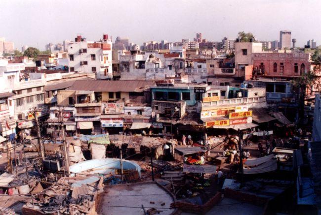 人口8億人(しかし、実際には戸籍や住所を持った人は少ないから、10億はいるのではないだろうか?)のインドの首都は、あの悪評高かったカルカッタがきれいになった現在、最もいい噂を聞かない街だった。<br /><br />4月というのに、季節は既に日本で言う「猛暑」が訪れていた。<br />発展途上国の夏、暑さは、疫病と食欲不振と不眠を引き連れ、旅行者の体力を根こそぎ奪っていく。<br /><br />タージマハールというインド観光最大イベントも終えた現在、あとはこの街のイラン大使館で、イランの入国ビザを入手するだけだった。<br />申請して3日、明日はパスポートを受け取る日だ。<br />インドを脱出する日はすぐそこまで来ていた。<br />