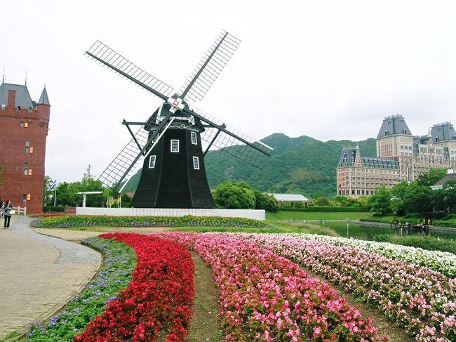 """ハウステンボス・長崎の旅  2004.5.28~5.31<br /><br />この旅行記は2004年5月末に計画した西安・北京の旅が新型風邪サーズの流行で急遽取り止めとなり、その代わりとして同じ3泊4日の日程で行ったハウステンボス・長崎の旅行のものです。<br />西安・北京には翌年の同じ時期に行くことができました。<br />羽田から長崎空港まではANAを利用し、連絡船でハウステンボスへ行き、2泊して翌朝バスで長崎へ移動しました。長崎では午前中ガイド付きの半日観光を楽しみ、午後と1泊した翌日の午後までは自由行動をとりました。帰りはバスで長崎空港まで行きました。<br /><br />私の旅行ブログは今まで海外旅行のものばかりでしたので、海外偏重主義でないところを紹介しようと思い編集しました。今後も京都、金沢、都内や自宅近郊の小さな旅などを季節に沿って公開します。<br /><br />ハウステンボスはご承知の通りオランダのアムステルダムの運河に囲まれた街並みを模して、大村湾の北端の佐世保市に18年程前(1992.3.25オープン)に造られたもので、出張で何度か訪れたアムステルダムの雰囲気がとても気に入りました。ちなみに現在修復中の東京駅の丸の内側の駅舎のデザインは、専門的には建築様式が異なるものの、見た目はアムステルダム中央駅にそっくりです。<br />なかでもホテル・ヨーロッパの格調高い外観デザインに惹かれ、旅行のコースは迷わずそこに泊まるものにしました。<br />その魅力的なコンセプトにもかかわらず、交通の便、エンターテイメント性、大都市からの距離などから競合するテーマパークの後塵を拝し、近年は経営危機状態でしたが、2010年2月に旅行大手のエイチ・アイ・エスHISが経営支援に乗り出したとの報道がありました。<br />私は年齢によるところが大きいとは思いますが、人気のテーマパークより気に入りました。<br />滞在型リゾートのコンセプトが自分に合っているようです。<br />一人でも多くの皆様に、ハウステンボスの魅力が伝わることを期待して、旅行写真集を編集しました。<br /><br />ハウステンボス・長崎の旅 2004②長崎の今と昔(白黒写真)<br />http://4travel.jp/traveler/810766/album/10472980/<br /><br />撮影 Nikon Coolpix 5400 サイズ1600×1200(50%resize)<br />編集・公開 2010.6.23<br /><br />ハウステンボス業績報道 2010.12.2日本経済新聞<br />HISの支援を受けたハウステンボスの10年4-9前期の経常損益が1992年の開業以来初の黒字、4億円強となった。11年3月の業績は10億円の経常黒字の見込み。   <br />おめでとう!よく頑張った。感動した。(怪我を押して優勝した横綱貴乃花の表彰式での小泉首相の挨拶の真似です)<br /><br /><a href=""""http://blog.with2.net/link.php?1581210"""">人気ブログランキングへ</a><br />"""