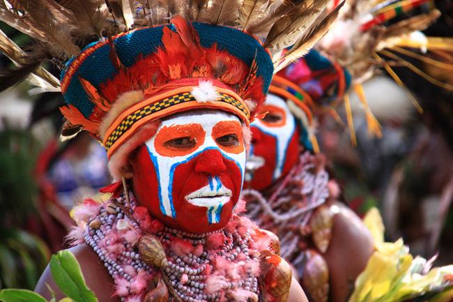 パプアニューギニアへ<br />行ってきました<br /><br />余り馴染みのない国ですが、<br />ご年輩の方には<br />第二次世界大戦の激戦地<br />としてのご記憶も・・<br /><br />国土は日本の約1.25倍で<br />人口は約645万人、<br />約800もの部族が住んでおり、<br />それぞれが独特な言語を持ち、<br />文化を持つている<br /><br />日本から直行便があり<br />飛行時間は約5-6Hr、<br />時差+1Hrで日本に近い国<br /><br />歴史的には古く<br />5万年前の氷河期時代に遡る<br />1,975年に<br />オーストラリアから完全独立した<br /><br />観光の目玉は、<br />各民族のカルチュアーショーや<br />ガイコツ人間の踊りや<br />泥人間の踊りなど・・<br /><br />今も継承されている部族の文化や<br />緑豊かな大自然を満喫する<br />ことであるが、<br /><br />何よりも島の人々の温かい素敵な<br />笑顔の歓迎には心打たれた<br /><br />熱帯特有の気象環境の中で<br />咲く美しい花々にも心癒された・・<br /><br />また、第二次世界大戦当時の<br />飛行場跡には<br />当時の戦闘機の残骸が残っており<br />驚いた・・<br /><br />全日程、好天気に恵まれた<br />素晴らしい旅であった<br /><br />今回もまた<br />新しい発見、新しい感動が<br />あった・・!<br /><br />やはり旅は楽しい!<br />
