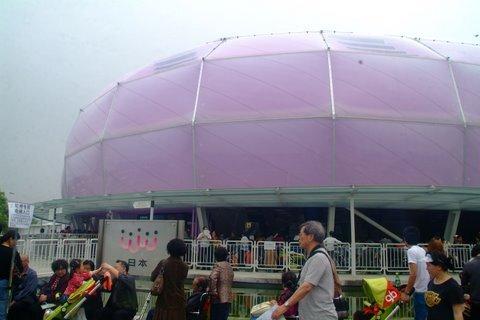 上海万博2010は史上最大規模と言われている。 テーマはBetter City、Better Life. 公式マスコットには海宝(ハイバオ)が選ばれた。 僕が初めて万博の訪れたのは1975年の沖縄海洋博。 それ以来1986年のバンクーバー、1988年のブリスベーン、1992年のセヴィリア、1998年のリスボン、2000年のハノーヴァー、そして10年ぶりの上海。 万博は1日にして世界中の人とふれあい、パビリオンを見ることが出来る最高の催し物です。 次に行くのが楽しみ。 まずはアジア各国が終結したAゾーンから始めました。
