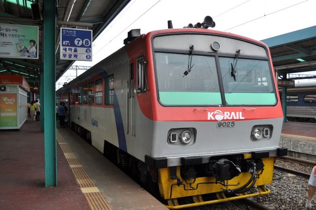 2010年2月にJALで韓国旅行したため、JALのマイレージが10,000マイル少し貯まりました。<br /> しかしながら、マイルの一部が失効してしまうため、国内線2区間でも乗ってこようかなと考えていたら、国際特典航空券ディスカウントマイルのお知らせが。何と韓国へ10,800マイルで行け、それも国内線乗り継ぎもマイル加算が不要というおいしいお話、こりゃ行かなきゃ損でしょう、ということでさっそく予約を入れてしまいました。(笑)<br /> 仕事の休みを最低限に、かつ韓国の鉄道には乗れるだけ乗りたい、2010年6月25日午後から27日までの2泊3日で出かけてきました。<br /> 夜行列車で麗水駅に到着して、再び折り返します。<br />