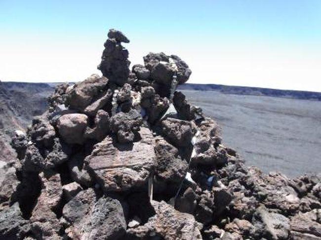 前々からそのカルデラを見てみたいと思い、10年以上ただしたから見続けていたマウナロア(Mauna Loa)についに登ってきました。経路は、サドルロードから気象観測所まで車で上って、そこから徒歩で山頂を目指すものです。それなりの準備をして望みましたが、それなりに過酷な物となりました。<br />[****重要****]決して気楽な気持ちで向かわないで下さい。命に関ります。十分な水(私は5リットル持っていましたが、流石に持ちすぎでした。2ー3リットルぐらいが目安かと。)、食料、日を避ける装備、寒さをしのぐ装備、懐中電灯(もちろん日中の行程だとしても念のため持つべきです)は、必ずいります。靴も重要です。靴の性能が、使用する体力に関係してきます。Timberlandのカジュアルなトレッキングシューズを使ったのですが、これでもかなり辛かったです。裏の固いしっかりした靴を準備するべきだと思います。また、往復20kmとしても、ただの20kmではありません。大体が富士山より高い高度です。山の達人以外は単独行動もお勧めできません。