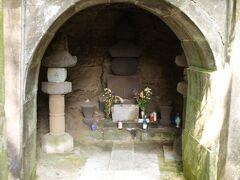 大江広元の墓と毛利季光の墓、島津忠久の墓