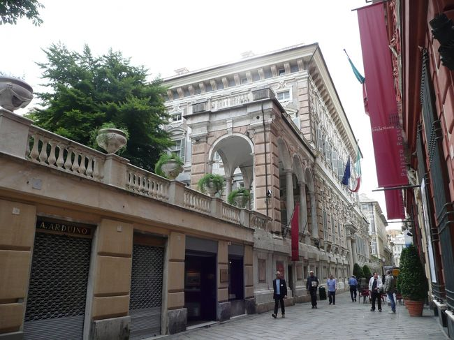 2010年 6/21(月) 曇り<br />今日は午前中、ジェノヴァを徒歩観光をして、お昼の電車でミラノに向かいます。泊まったホテルがジェノヴァ・プリンチぺ駅前のGrand Hotel Savoiaだったので、朝食後、荷物を部屋に置いて、バルビ通りVia Balbiをまっすぐ中心街へ向けて歩いてみることにしました。絹商人そして銀行家として富を築いたバルビ家は、1606年から1650年にかけてこの通りにいくつかの豪華な宮殿を建てたそうです。<br /><br />表紙の写真は、有名なガリバルディ通り(Via Garibaldi)で撮ったものです。赤の宮殿(Palazzo Rosso)や白の宮殿(Palazzo Bianco)、ドーリア・トゥルシ宮殿(Palazzo Doria Tursi)が通りの両側にあります。<br /><br />それでは写真をつづって、「世界ふれあい街歩き」みたいにジェノヴァの町を散策してみましょう。