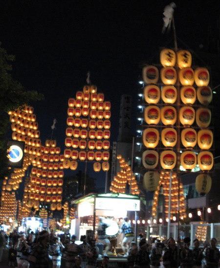 秋田の竿燈まつりが大好き!<br />http://www.kantou.gr.jp/index.htm<br /><br />青森のねぶたと、仙台の七夕と共に、<br />東北三大祭りと言われているわりに、<br />関東地方では、あまり知られていないようだが・・・。<br />ねぶたも行ったけれど、私は断然、竿燈まつりが好き!<br /><br />ねぶたは、そのデザインや大きさがすごいんだけど、<br />お祭り本番では、そのねぶたが通るのを観るだけなのさ。<br /><br />でも、竿燈まつりは逆に、<br />竿燈自体はただ提灯が掲げられてるだけなんだけど、<br />お祭り本番では、その竿燈が通るだけじゃなく、<br />個々の技を披露するのを間近で観られる。<br />これを観るのが楽しいのよ!!<br /><br />大通りに入場した250本もの竿燈は、<br />一定の時間、技を披露(或いはチャレンジ?)すると、<br />少し移動する。<br />2度目の場所でまた技を披露し、また移動する。<br />2度移動し、3度の妙技披露があって、<br />その日は終了である。