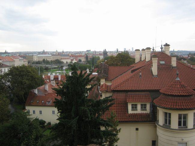 クラシックに詳しいわけではないが、<br />のだめを観て、プラハとかウィーンに<br />行ってみたいと思って計画した今回の旅行。<br /><br />調べてみると、チェコ、オーストリア、ハンガリーは<br />距離も近く周遊するにはもってこいの場所ではないか。<br /><br />ヨーロッパへは初めての一人旅。<br />少しだけ不安はあったけど、まぁどうにかなるっしょ。<br /><br />以下、日程です。(■がこの旅行記です。)<br /><br />■10/10(土) 成田→モスクワ→プラハ<br />■10/11(日) プラハ<br />□10/12(月) プラハ→ウィーン<br />□10/13(火) ウィーン<br />□10/14(水) ウィーン→ヴァッハウ渓谷→ウィーン<br />□10/15(木) ウィーン→ブダペスト<br />□10/16(金) ブダペスト<br />□10/17(土)〜10/18(日) ブダペスト→モスクワ→成田