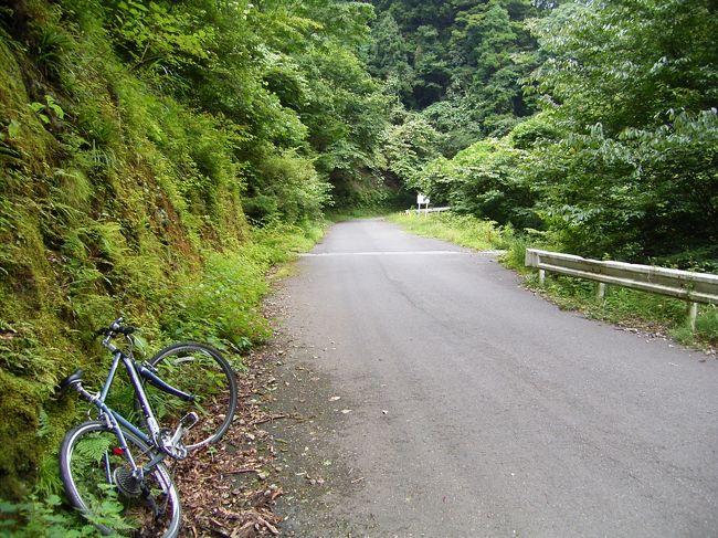 東京・杉並から秩父へ、自転車で峠を越えて行ってきました。<br />工程はざっくりと以下の通り。<br />1日目:杉並→狭山→飯能<br />2日目:飯能→有間峠→秩父<br />メインはなんといっても有間峠。標高1000mを超える峠です。<br />久々の自転車ツーリングだし、無謀な気もしますが、<br />まぁ少し無謀なくらいの方が面白いじゃないってことで。<br /><br />いやしかし、きつかった。<br /><br />今回宿泊したホテルや立ち寄ったスポット<br />http://4travel.jp/traveler/kazumaryu/clip/?dmos=&wide=&middle=&small=&category=&label_id=118&sort=date_desc<br />