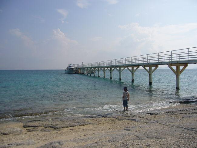 2年前にも訪れた沖縄を今回は沖縄初挑戦の孫と<br /><br />一緒に行く5人参加の沖縄4日間ツアーの旅です。<br /><br />ホテルは那覇市の「サザンビーチホテル&リゾート」<br /><br />3連泊確約予定でしたがなぜか旅行会社の計らいで<br /><br />名護市にある「カヌチャベイホテル&ヴィラズ」に<br /><br />ランクアップの3連泊に変更です。<br /><br />2日目の日程<br /><br />ケラマ諸島『ナガンヌ島』にて終日海水浴を<br /><br />ホテルー那覇新港ーナガンヌ島ー那覇新港ーホテル