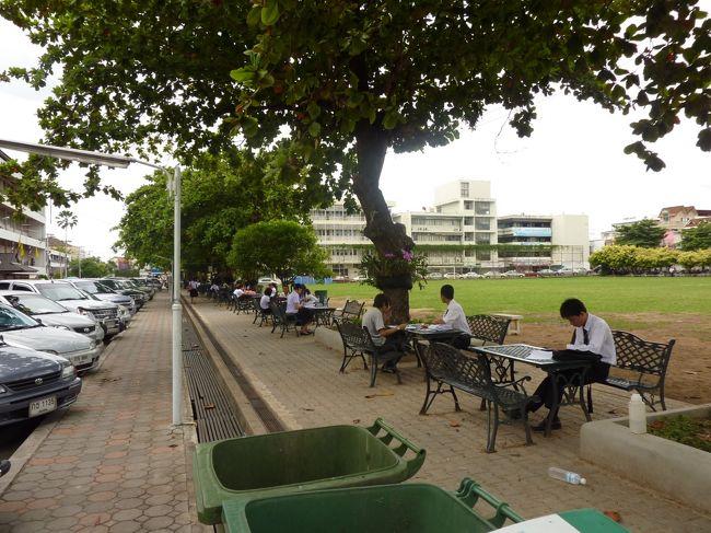 """チェンマイ市内には、タイ北部の名門大学・チェンマイ大学のほか数校の大学がある。<br /><br /> 旅に出たら必ずその国の大学キャンパスを訪問するという変な癖がある。大学のキャンパスに<br /><br /> 一歩足を踏み込んだだけで、その大学の雰囲気や学生気質が把握できるし、必ず学食へ行って<br /><br /> みることにしている。<br /><br /> 学食で学生がどのようなものを食べているか?いくらぐらいで食べられるのか?旨いかどうか?<br /><br /> そして学生達と語り合えるのがいい・・・・<br /><br /> 今回の旅では、チェンマイ大学、ラチャバット大学、ラジャマンガラ工科大学、<br /><br /> 前述したNorth Chiang Mai University と併せて四大学を訪問したことになる。<br /><br /> 共通点は、チェンマイの大学生はどこもみな""""制服""""だった。<br /><br /><br />    ・・写真はラチャバット大学キャンパスで・・<br />"""