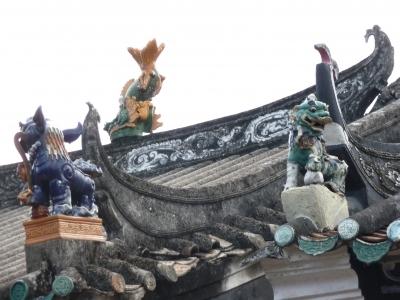 香港らしからぬ風景の旅行記 香港客家として有名な、 <br />数百年前に新界に定住した5つの一族<br />Tang鄭、Man文、Hau侯 、Pang彭 、Liu廖 、の中の1つ、鄭一族の遺跡を訪れます。 新界での中国人血統の中では、最も古く最大で有名な一族です。<br />壁に囲まれた村三圍と、六村が歴史散策コースになっています。<br />三圍=上璋圍、橋頭圍、灰沙圍、六村=坑頭村、坑尾村、塘坊村、新村、洪屋村、新起村<br /><br />