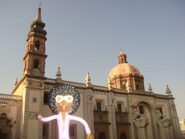 ④ケレタロ PART IV<br /><br />05/02/09<br /><br />昼過ぎにプエブラに出発したいと思っていたので、朝早くからケレタロ観光に出掛けることに。まず向かったのは、「サンタ・ロサ・デ・ビデルボ教会」。 朝早すぎた為か、まだ教会は開いていなかったけど、見たことのないような独特の外観に驚いた。貝のような大きなコロンは、本当に面白い造りだなぁと思った。これがいちおバロック様式だというから、更にビックリ!!<br /><br />小さな教会をいくつか回っていると、ちょうどミサが始まったばかりの教会に行きついた。こじんまりした教会で集まっている人達も少なかったけれど、中に入ってすぐにステンドグラスに目がいった。外の光がステンドグラス越しに輝き、中のネットらしきものにカラフルなステンドグラスの色が反射していて本当にキレイだ。なんかこういうのを見ると、やっぱり神様っているんだろうなぁと感じる・・・。
