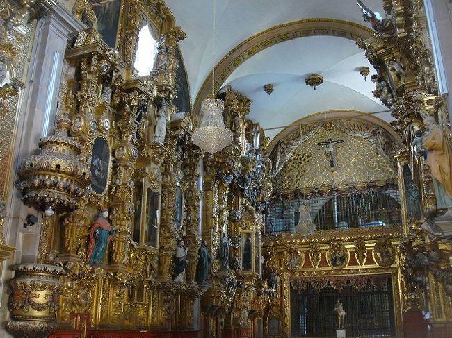 ⑤ケレタロ PART V<br /><br />05/02/09<br /><br />「CATEDRAL DE QUERETARO」にて美しいファサードを堪能し、「サンタ・クララ教会」へ向かった。外観が至ってシンプルだったので、中に入って口がアングリ状態だった。チェリゲラ様式の超ゴージャスな黄金だらけの祭壇でとにかく圧倒された。奥の神父さんの部屋らしきドアの装飾も、美しいレリーフで覆われていて、久々に教会の装飾に感動すら覚えた。