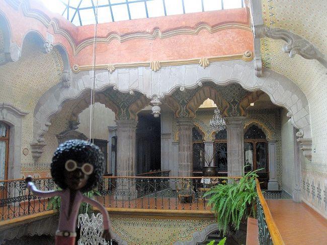 ⑥ケレタロ PART VI<br /><br />05/02/09<br /><br />「CASA DE LA MARQUESA」が、現在ホテルだということを知らずに、入口のガードマンに入っていいよ、と言われるがまま中に入ってしまったなみお。内部の家具から小さなチャペル、中庭といい超インパクトのある造りで、すぐに気に入ってしまった。1つ1つのドアの装飾も見事で、写真撮りまくりのなみお。中はどんな部屋なんだろう、と鍵が掛かっているつもりでダメ元でドアを押すと、カンタンに開いた。するとベッドが並んだ大きな部屋が見え、中でシャワーを浴びている音がして、ここで初めてここがホテルの部屋だということが分かった!! <br /><br />とりあえず、その場を離れ、害のなさそうな2階の中庭の写真を撮っていると、ホテルの従業員に、「ここに泊まっているのですか?!」と聞かれ、何も知らずに入ったなみおはそのまま追い出された(苦笑)でもホテルの中に入って写真を撮れたのは、超ラッキーだった。