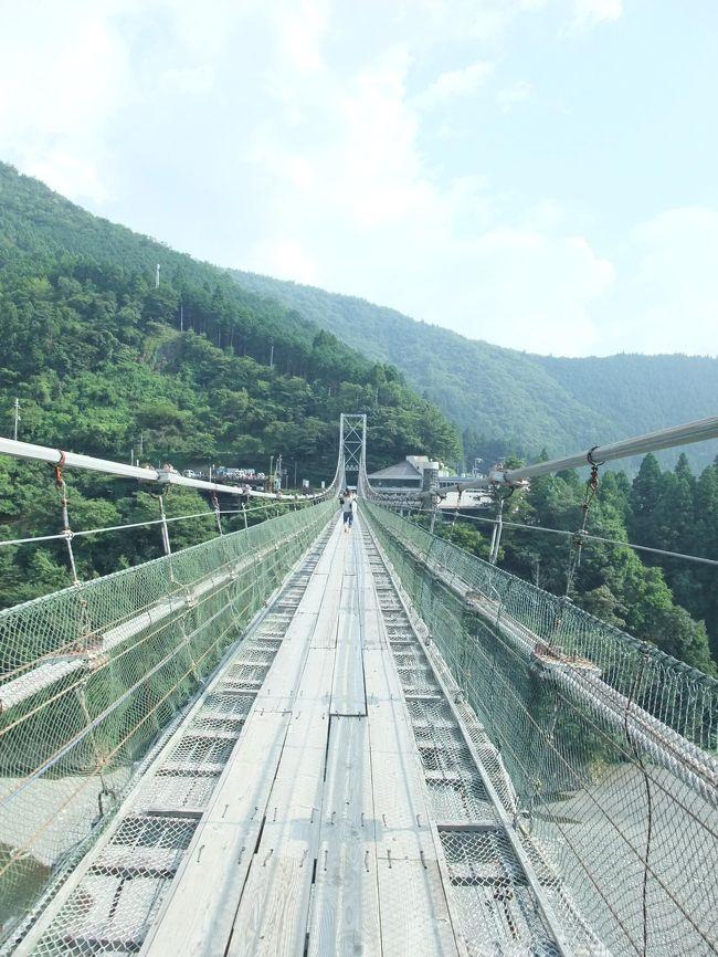 家にいても暑いだけだし、車内のエアコンで過ごそーと思い、2時間ほどで行ける場所を考え、突然母を誘って、十津川村にある谷瀬の吊り橋へ行くことにした。<br /><br />ほっんと、プチ遠方での観光地が全く思い浮かばないなー、私って。。。<br /><br />ルートがわからないが、310号線を走れば奈良へ抜けるのはわかっているんで、このルートで行ってみようと、さんとう線を走るが、これが峠越えでどえらいルート。いかん、ここは帰りに使うのはやめ、無難に竹ノ内街道で帰ろーっと。<br /><br />次の日に職場の人にルートを聞いてみたら、さんとう線はやめたほうがいい、水越峠を走るほうがいいで、とのこと。<br /><br />が、五條を過ぎた168号線もどえらいルート。狭い。そして、途中、どう見ても一台分しか通れない幅の狭い場所があり、しかも、カーブなので対向車が見えない。ミラーはあるものの、お互いに譲り合わないとえらいことになる。絶対私の方が先に入ったのに、対向車がやってくる。互いに後続車もいる。私の後続車がバックし始めたので、私も全バックすることに。そして、対向車が来る来るわ。いつ、切れるんだ??<br />ようやく切れたので、車を進めるとまた対向車が入ってきた。お前、ミラー見ろよ。相手は一台しかいないし、突っ込んできたばかりでバックの距離も短いし、何しろ、私はさっきバックしたので、お前がバックしろよと言わんばかりに車を進めると、ようやくバックをし始めた。<br /><br />対向車はまとまって来ちゃ、しばらくすると切れるを繰り返していたので、何だろーと思っていたら、工事で片側通行の場所で交互信号があったので、まとまって走ってきちゃ切れるを繰り返していたのである。<br /><br />2時間半ほどで到着。河原でバーベキューをしている人が多いのはわかるが、吊り橋を渡りに来ている人も結構沢山来ていたので、ちょっとビックリ。山の中だし涼しいかなーと思ったが、なんのなんの普通に暑かった…。