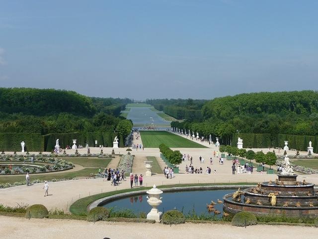 パリ観光をツアーで一度でも経験した方には、何は無くともベルサイユは必ず入っているコースだそうで、パリ近辺で一番込み合う観光地らしいです。それを聞いていたので今までは足を向けていませんでした。それに仕事の絡みで時間的制約もありましたしね!今回の家族旅行は夏休みなのでやはり大変な混雑でした。<br /> 豪華絢爛の宮殿は「はいはい判った判った」と言いたくなる程の贅が尽くされていて、この旅でブダペスト以来、ヨーロッパ繁栄の歴史を見せ付けられた当方としてはそろそろ辟易してきた処です(笑)<br /> ベルサイユ→ルーブル等パリ中心部→ブダペスト→ペーチの順番の方が、ハイコレステロールな濃厚料理→スモーガスボード各種盛り合わせ→本格会席料理→お茶漬けあるいはウドン、と言う様に徐々にあっさり味となって胃袋に収まったかも知れないが逆はいけませんね!<br />最後はゲップも出ない、胃液が上がって来そうなくらいに飽食した気分になりました(笑)それでも庭園の美しさだけは別格です。<br /> でももう少し環境や民生にお金を投じていたらルイ王政も潰れなかったかもしれませんね。<br />日焼け止めの重ね塗りを忘れてグラン・トリアノン、プチ・トリアノンまで歩いたら随分日焼けしてしまいました。