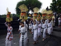 13.夏休みの7泊9日バリ旅行 タナロット寺院の満月のお祭りに向かう行列