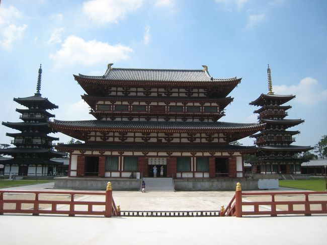 やっとの思いでもぎとった有給休暇。<br />週末をフルに使い、1300年祭で盛り上がる奈良を堪能する旅です。<br />歩いて食べて歩いて食べて!!<br /><br />日程<br />7/22(木)<br />深夜バス・青春ドリーム号(23:10東京駅発)<br />↓<br />7/23(金)<br />奈良着(7時)<br />興福寺→奈良国立博物館→東大寺→春日大社→新薬師寺<br />↓<br />7/24(土)<br />唐招提寺→薬師寺→法隆寺→中宮寺<br />↓<br />7/25(日)<br />平城宮跡(1300年祭メイン会場)→西大寺<br />JR奈良駅→JR京都駅(新幹線こだま16:05発)→JR東京駅着