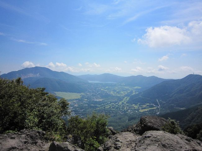 2010年9月6日(月)、残暑厳しい中、金時山に登りました。<br />その時の模様を記した旅行記です。<br />自然と景色、雰囲気をお伝えできれば幸いです。<br />頂上での休憩30分を含め約3時間程度の行程でした。<br />箱根ハイキングの初心者向けコースとして、お勧めです。<br />ただし険しい道もありますので、ある程度の覚悟は必要ですので、あしからず。