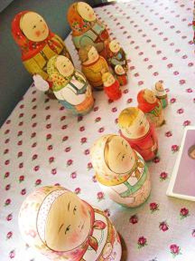 5月の初めに沼田元氣さんの招待で、マリヤ・ドミトリエワさんを連れて日本に行ってきました。その時の報告を少しさせて頂きます。<br /><br /> マリヤさんは、モスクワ州の東北方面にある、セルギエフ・ポサード市に住んでいる画家です。画家というより、ロシアの木製人形のマトリョーシカ及び、伝統的な縫いぐるみの作者です。セルギエフ・ポサードで一番有名なのは、トロイツェ・セルギエワ(聖セルギエフ 三位一体修道院)ですが、その町の周りには森林が多く、昔から木製の人形が作られている事で有名です。<br /><br /> 去年10月にマトリョーシカ雑貨ツアーで沼田さんがセルギエフ・ポサードに行った時、初めてマリヤさんに会いました。マリヤさんの所に遊びに行くと、ご家族はロシアの心を表して、とても親切でした。ご両親も妹さんも画家ですので、家の中は多くの人形で飾られていました。マリヤさんは現在30歳ぐらいですが、写真をご覧になる通りロシアの美人と言えるでしょう。それでなくとも、画家としてもマリヤさんは非常にうまいです。ロシアのあっちこっち、ドミニカ共和国でも展覧会が行われました。その為、沼田さんはマリヤさんにぜひ日本のこけし作者を会わせ、逆にマリヤさんのマトリョーシカをぜひ日本のみなさんに紹介したく、招待してくれました。<br /><br /> まずは、宮城県白石市まで行きました。全日本こけしコンクールがホワイトキューブという会場で行われ、宿泊は温泉の近くにある旅館でした。その旅館の温泉はとても良く、料理も非常に美味しくて、量も結構ありました。初めて日本料理を食べるロシア人は「いやだ〜」という人がかなりいますが、マリヤさんは最初から大好きになりました。<br /><br /> ホワイトキューブでは、お客さんの目の前でマトリョーシカ絵付けのデモンストレーションをしました。その前を通ると、子供たちは必ず「面白いな〜」と近づいてくれました。また、5月に入ると当然遅い、と思っていた桜が5月の初めにまだ見られた事でとても感動しました。<br /><br /> 次に、白石を出て鎌倉へ行きました。町は小さく、特別な雰囲気があり、マリヤさんの故郷のセルギエフ・ポサード(または、お婆さんが住んでいるセムホーズ村)に似ていると思い、マリヤさんは鎌倉が大好きになりました。また、モスクワの辺りには海が無い為、海が見られてとても嬉しかったようです。5月5日には、沼田さんが所有する「コケーシカ」というお店でマトリョーシカ絵付けのマスターコースをやり、多くのお客さんが来てくれました。お客さんが描いたマトリョーシカはとても可愛かったです。鎌倉近辺を少し観光しました。まず、大仏を見に行き、その次に江ノ島まで行きました。江ノ島には沼田さんの友達がお店にて、とても美味しい緑茶アイスクリームをご馳走してくれました。次の日に東京に行くことになり、沼田さんは奥さんと一緒に車で連れて行ってくれました。途中、横浜の港でお弁当を買い、船を見ながら昼ごはんを食べました。東京は主に散歩コースで皇居、浅草、秋葉原、新宿の都庁に行きました。<br /><br /> 沼田さんのおかげでマリヤさんの初めての日本旅行は貴重な思い出になりました。ロシアのマトリョーシカについて、日本人にもっと知ってもらい、日本とロシアの文化が、お互いにもっと近くなることに、貢献もできただろうと思います。 <br /><br />http://www.jic-web.co.jp/mow/index.html#letter